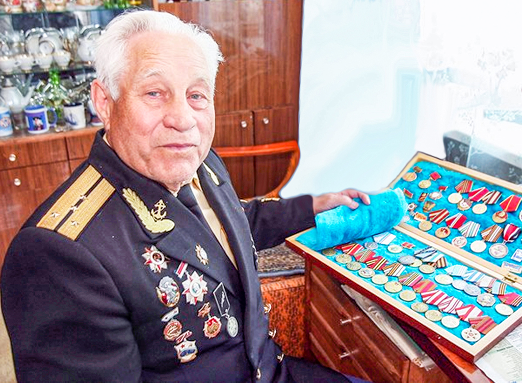1. Капитан- леитенант в отставке Александр Шершавин показывает свои награды.jpg
