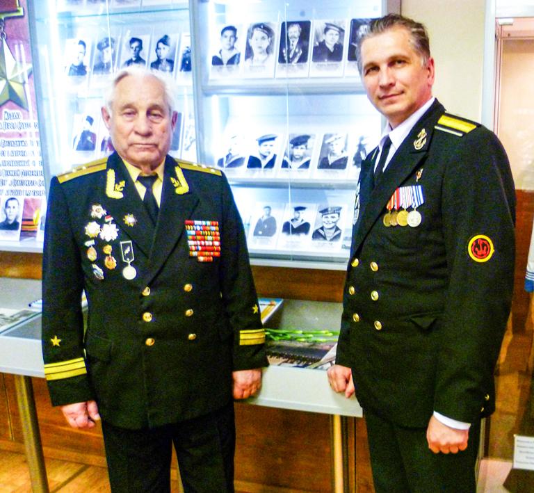 3. Александр Шершавин (слева) у экспозиции посвященнои соловецким юнгам.jpg