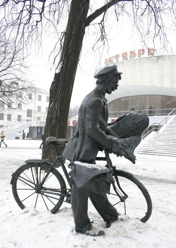 """Скульптура  """"Почтальон """" (Минск)"""