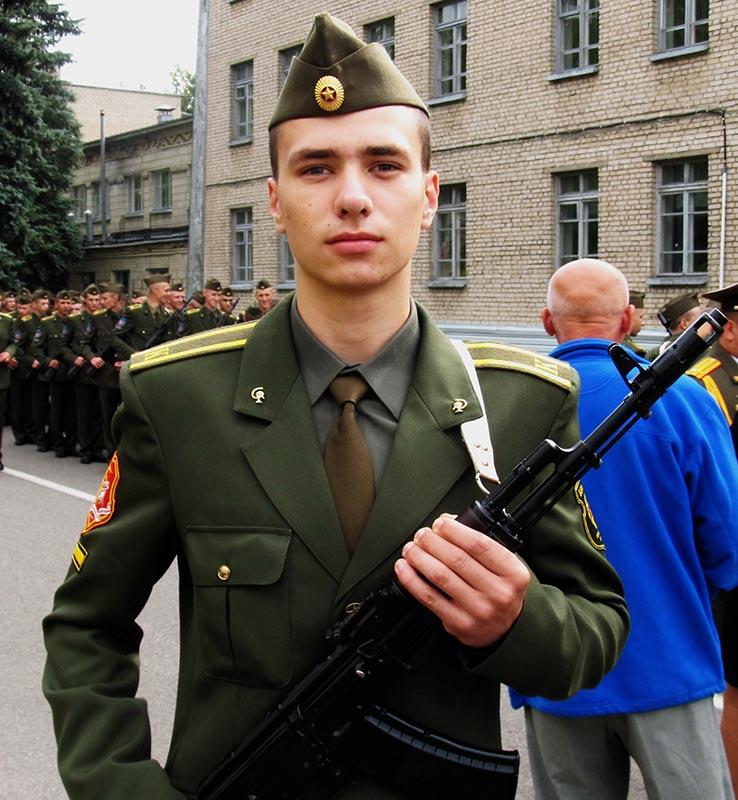 лет 20-25 форме военной парней в фото