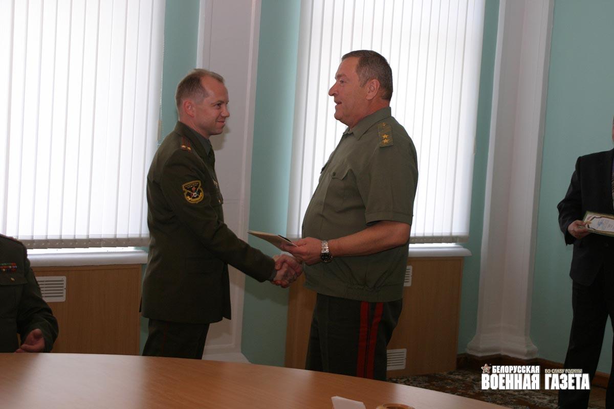 ...Республики Беларусь генерал-лейтенант Юрий Жадобин вручил прославленному армейскому спортсмену погоны полковника.