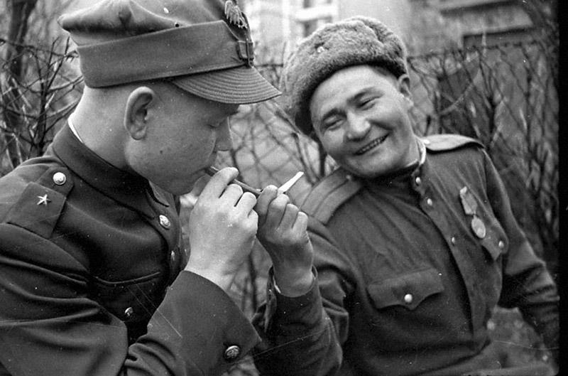 Советский офицер дает прикурить польскому подпоручику