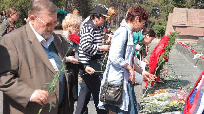Участники и гости фестиваля почтили память освободителей, возложив цветы к мемориалу на Сапун-горе