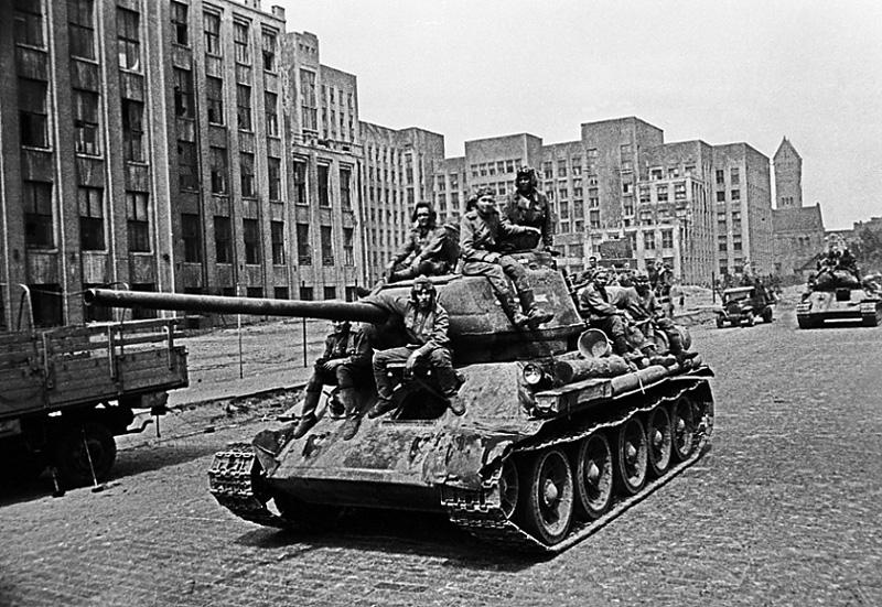 Колонна самоходных орудий в центре освобожденного Минска