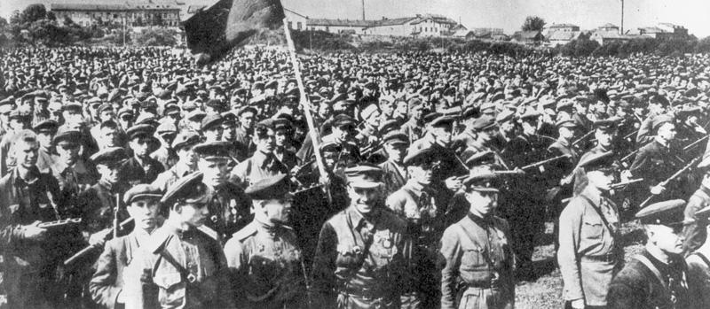Построение партизан перед парадом