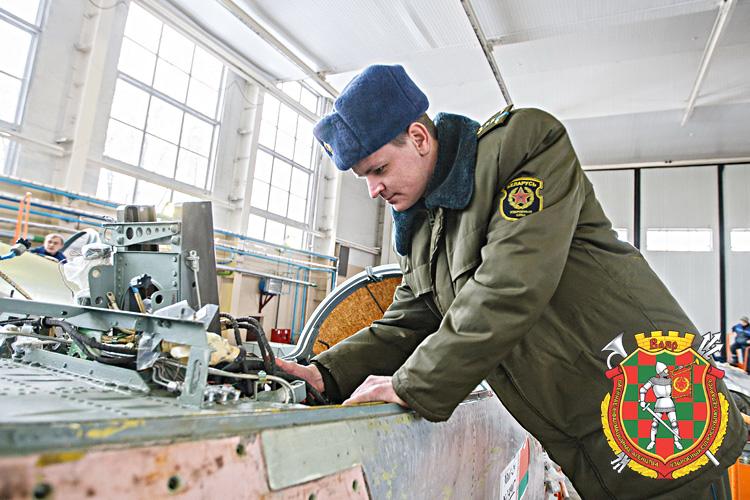 Ведущий инженер капитан Игорь Полойко во время контроля выполнения работ после ремонта бортовой кабельной сети