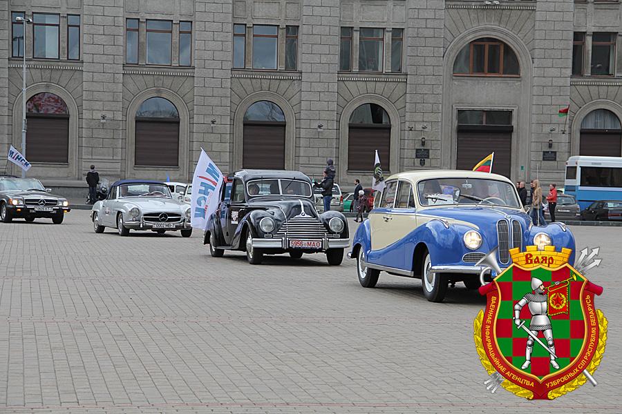 Ретрокары въезжают на главную площадь Минска