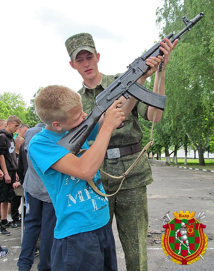 Володя Киселёв осваивает АК‑74