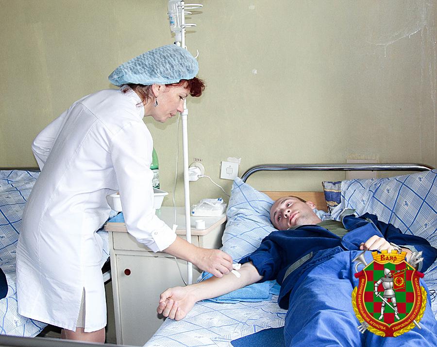 Медсестра процедурного кабинета Наталья Шидловская ставит капельницу пациенту
