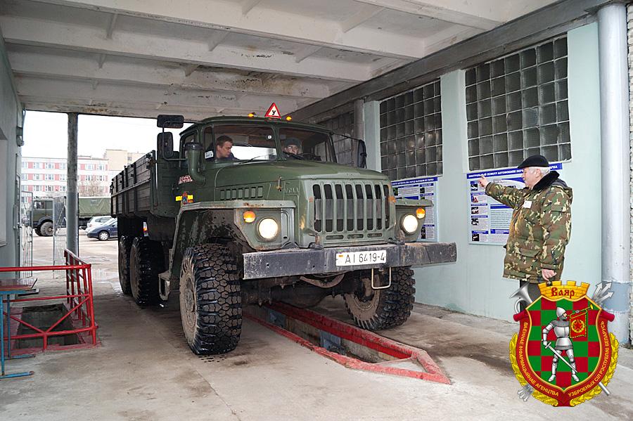 Проверку техсостояния автомобиля перед выходом на занятие на КТП  проводит механик гаража Николай Полуйчик