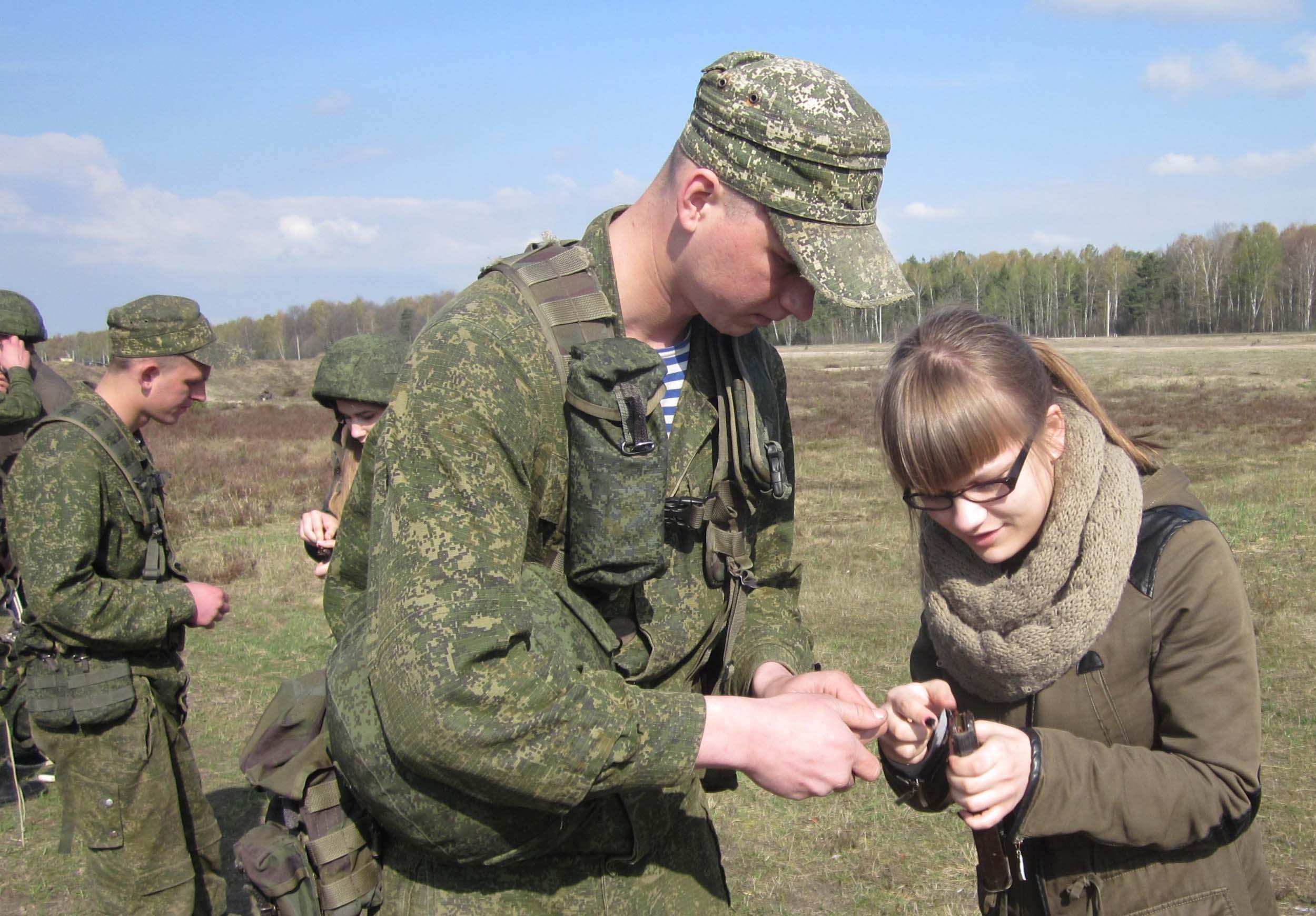 Военнослужащие 38 гв. омоббр объясняли юным членам ДОСААФ правила выполнения упражнения по стрельбе из автомата