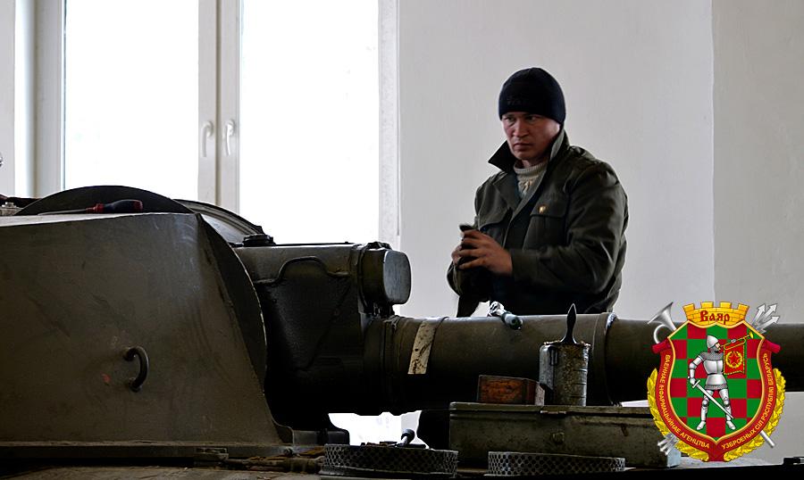 Александр Добродей осуществляет смазку узлов и механизмов