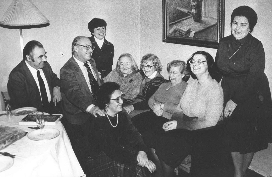 Елена Аладова с родными и коллегами. Последний прижизненный снимок. Вторая справа — дочь Радослава. 1986 год