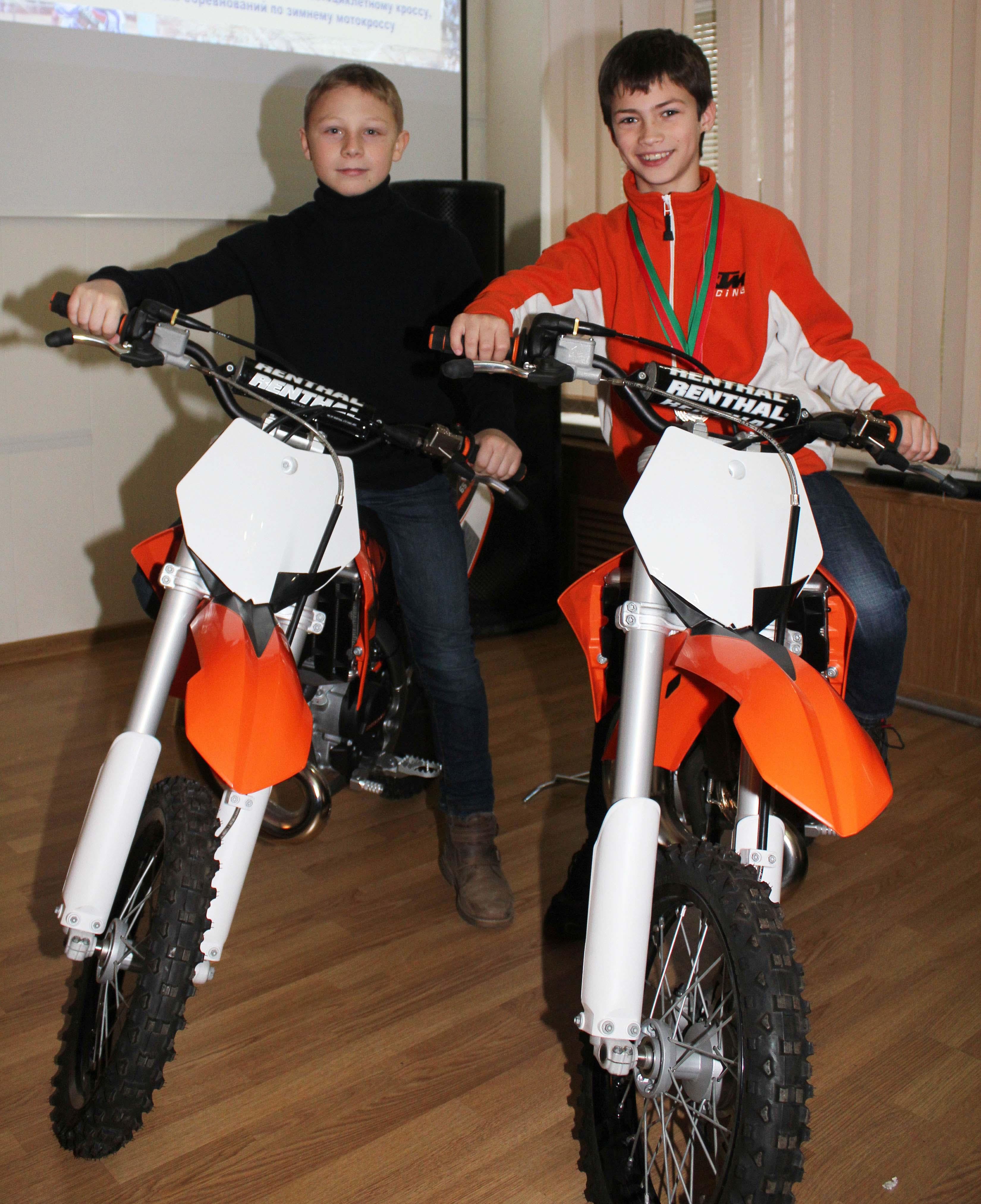 Юные талантливые спортсмены на новых мотоциклах от ДОСААФ