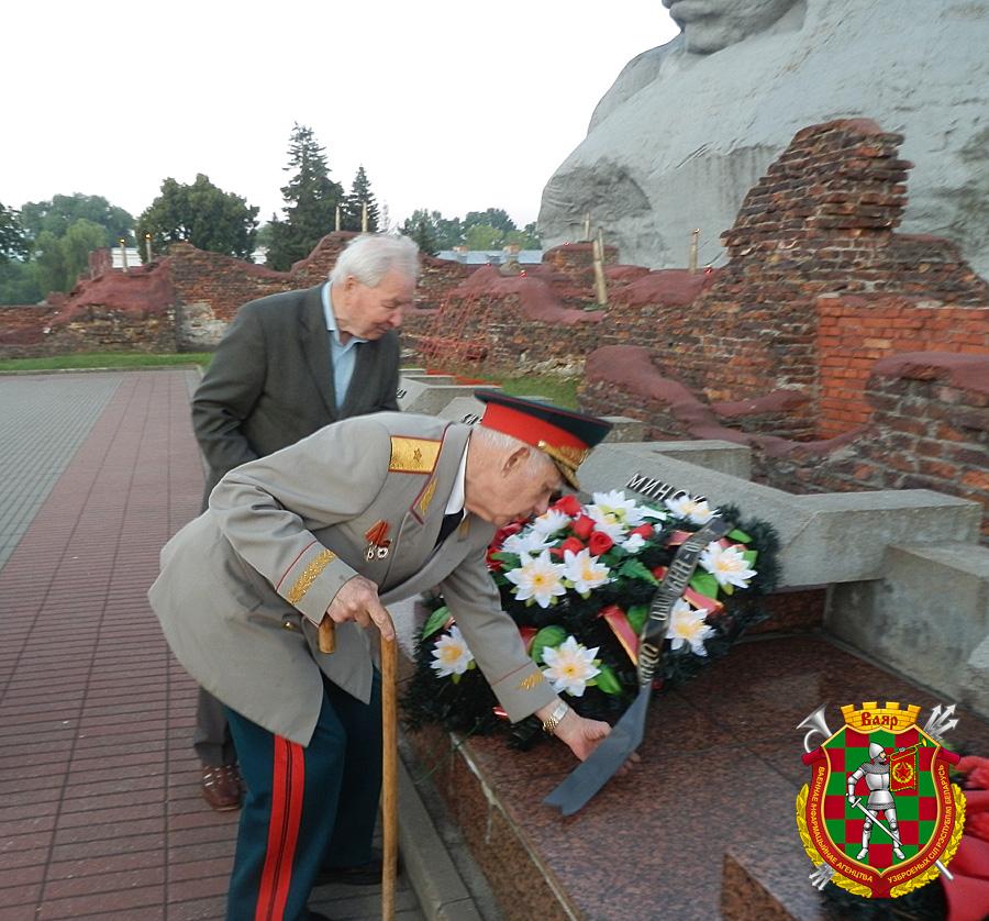 Генерал-майор в отставке Александр Фень возлагает венок