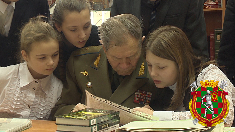 Генерал-майор авиации в отставке Анатолий Сульянов с учащимися гимназии