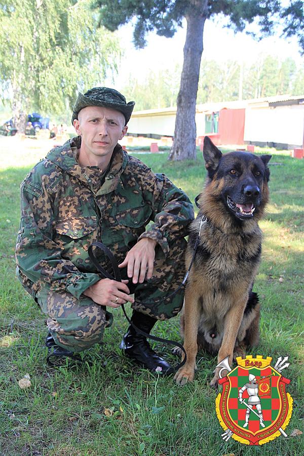 Старший сержант контрактной службы Александр Давыдов с немецкой овчаркой по кличке Бакс
