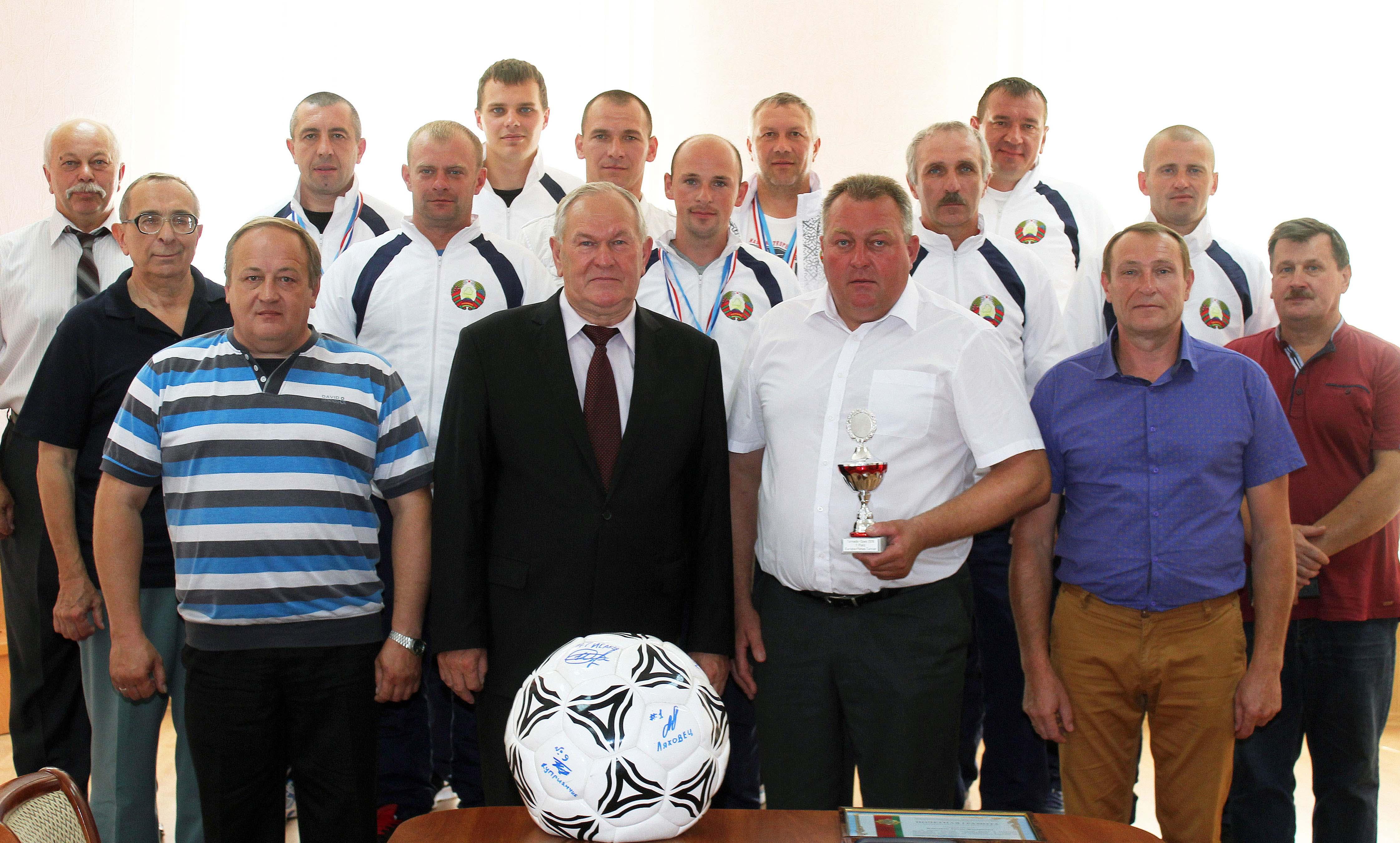 Иван Дырман (в первом ряду второй слева) сфотографировался на память с игроками и тренерами национальной сборной Республики Беларусь по мотоболу и другими членами белорусской делегации