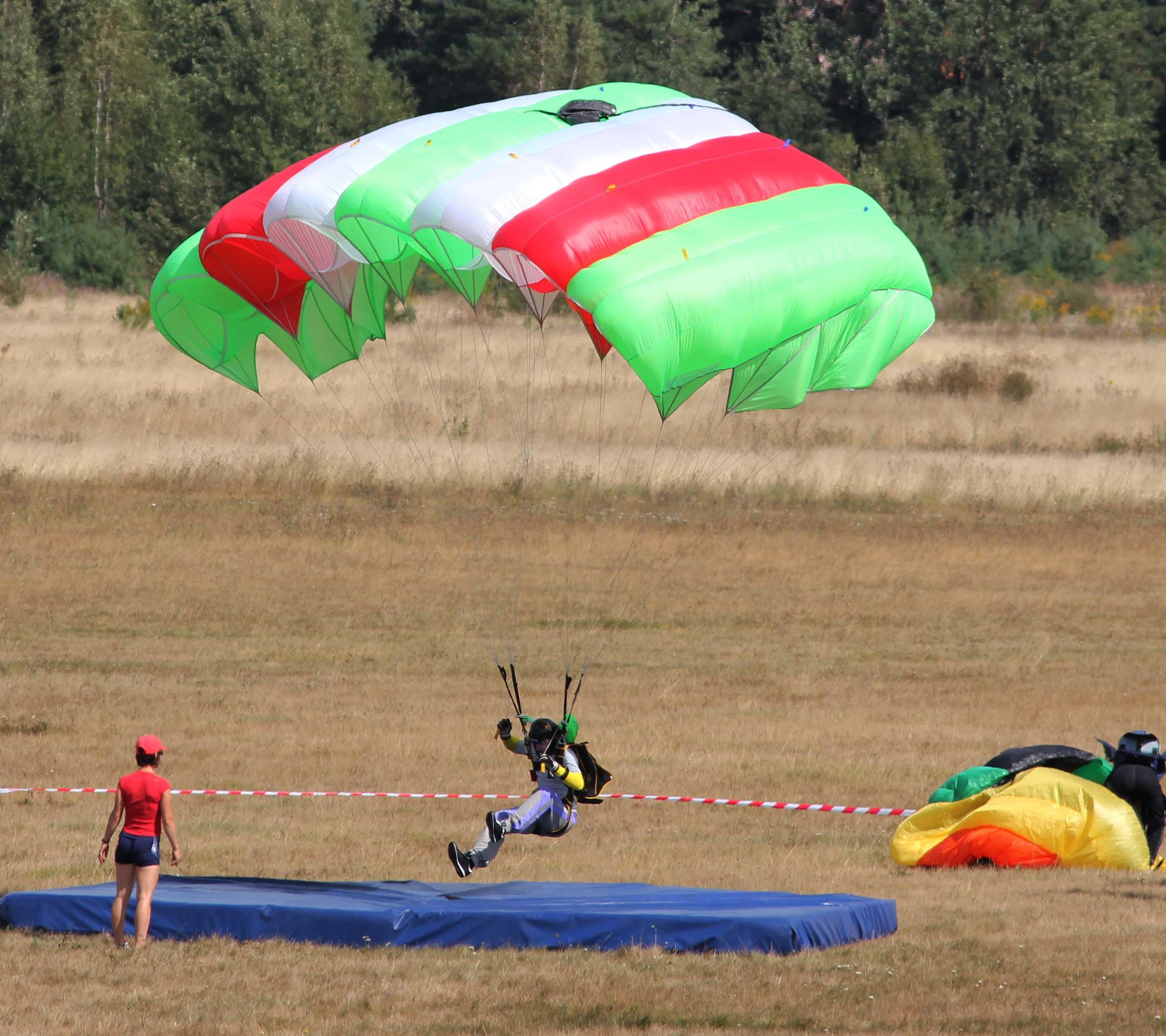 1. Парашютные прыжки на точность приземления - одна из сложнейших дисциплин классического парашютизма