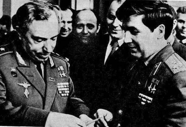 Встретились два отважных сына Родины — герой войны Л. И. Беда и герой космоса П. И. Климук