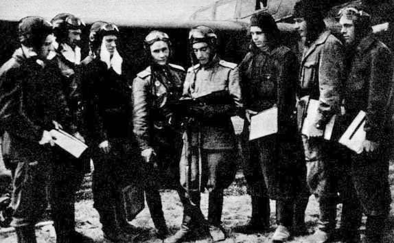 Командир эскадрильи капитан Л. И. Беда (четвертый справа) ставит боевую задачу летчикам эскадрильи