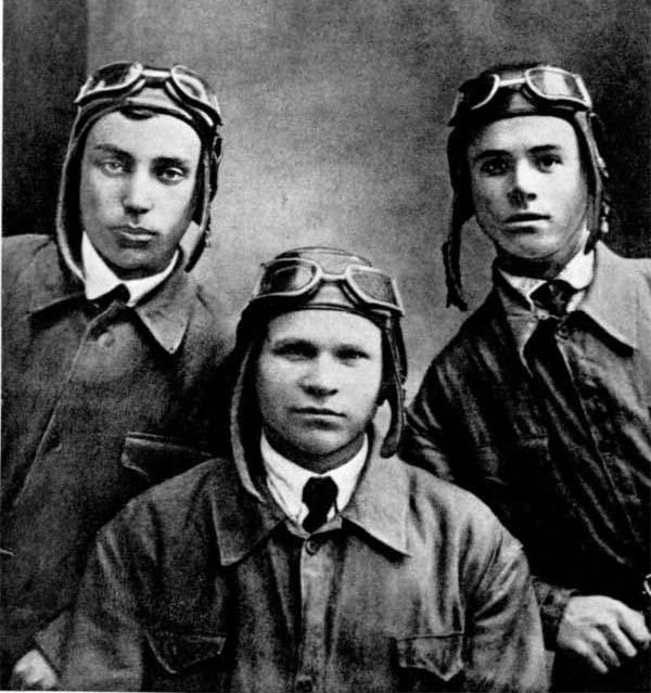 Л. И. Беда (первый слева) с товарищами по Уральскому аэроклубу