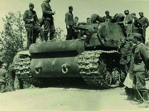 nemeckie-soldaty-na-podbitom-kv-1