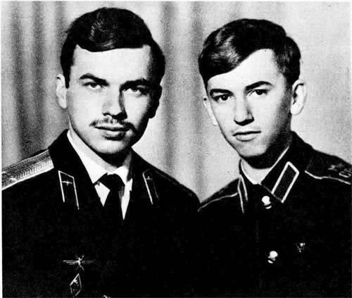 Отцовской дорогой пошли сыновья. На снимке Леонид Беда  — уже военный летчик, Андрей учится в суворовском училище