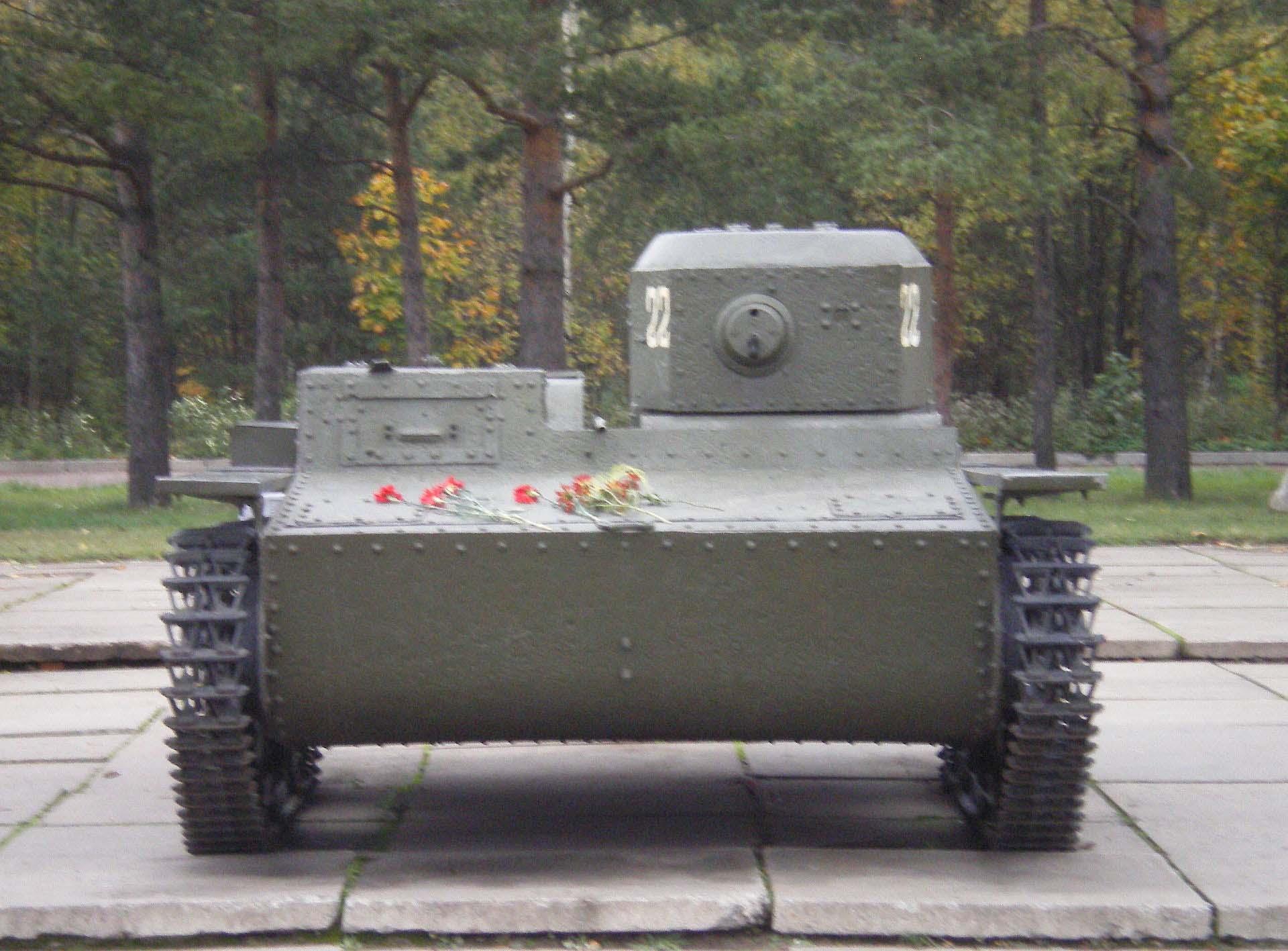 Танк-памятник в Лениградской области. Широкий корпус нужен для лучшей плавучести