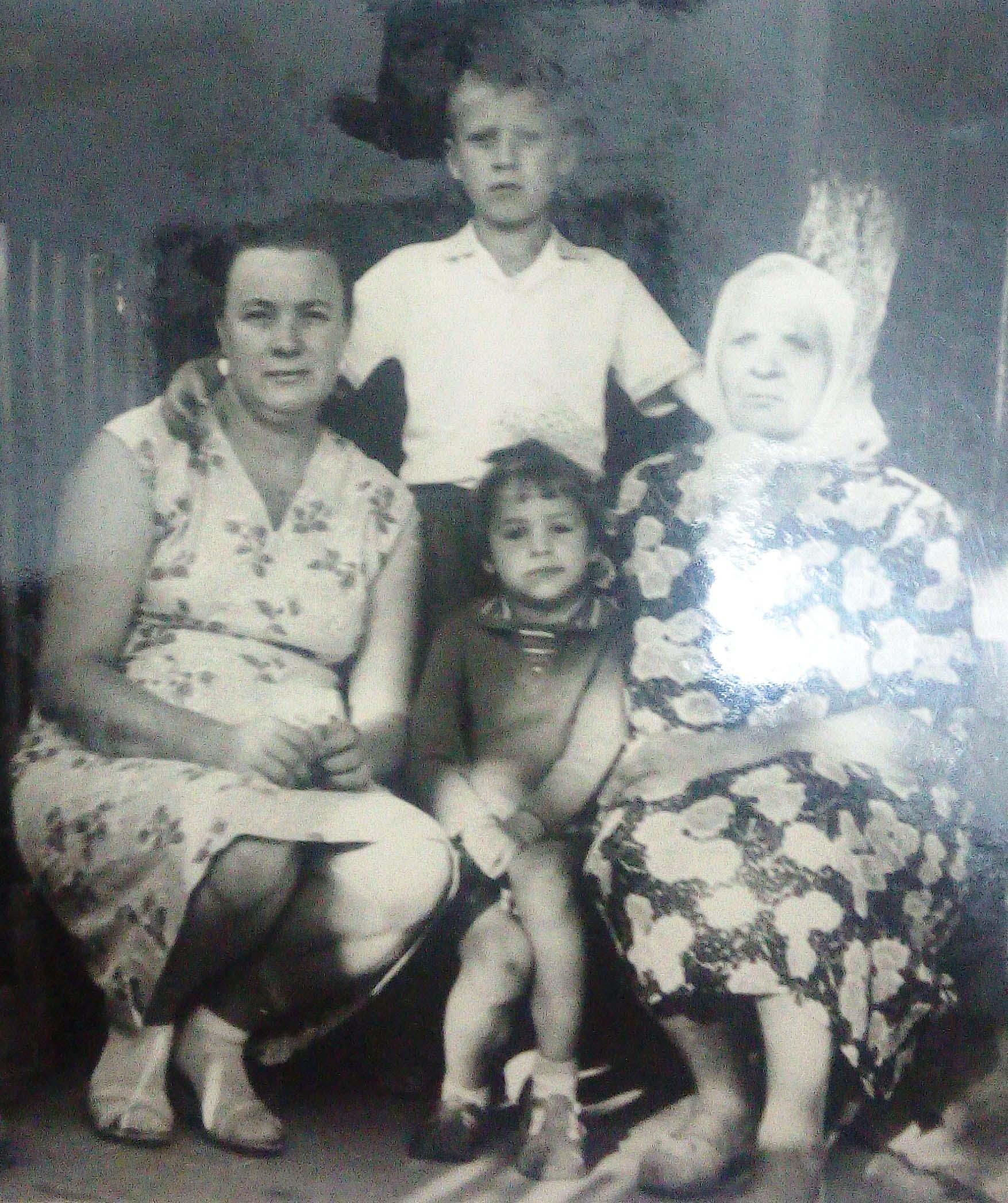 Тетя Зина, которая приютила Тамару Шелюбскую  с матерью и братом  в тяжелое время (на фото справа)
