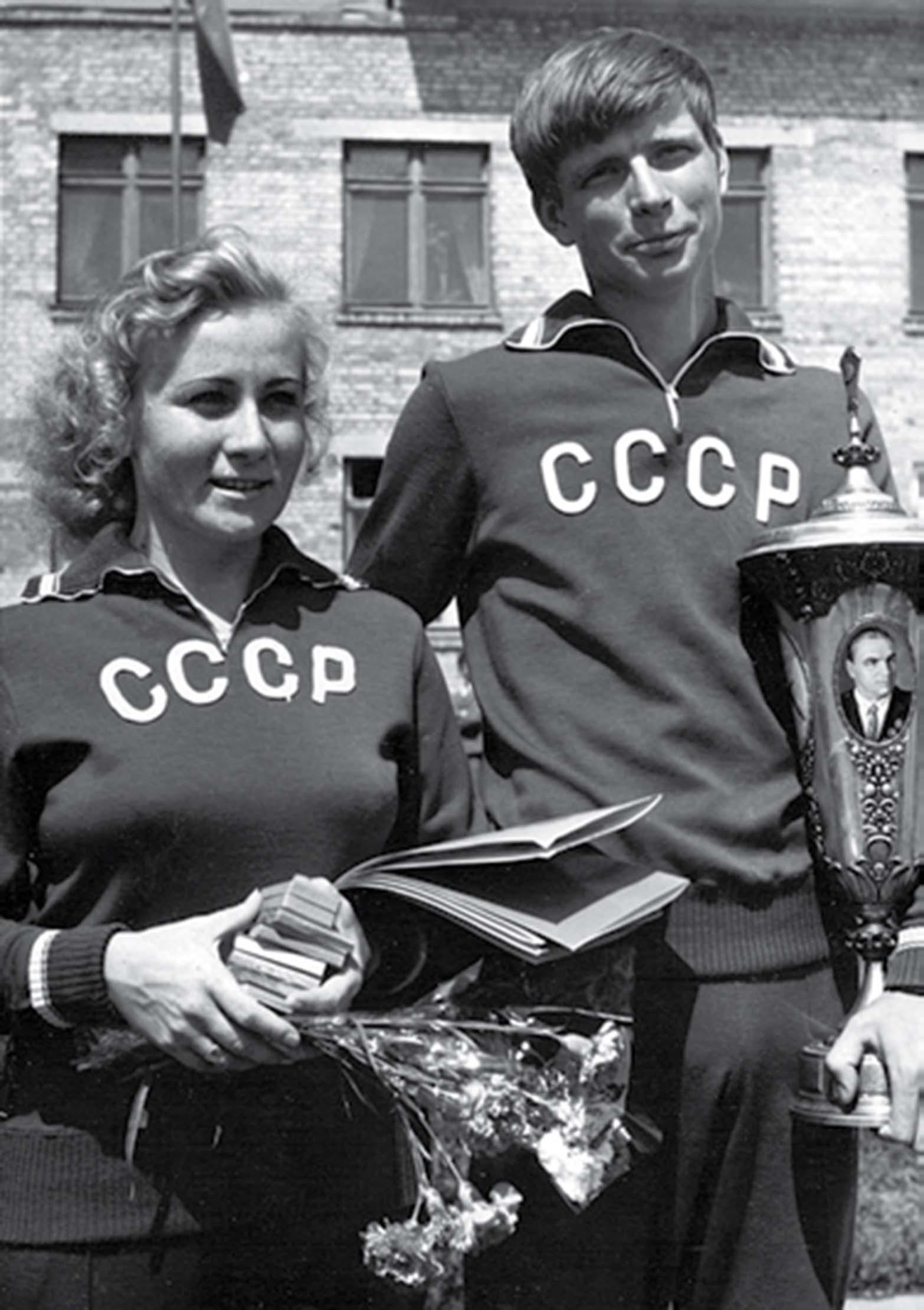 7-chempiony-mira-po-samoletnomu-sportu-valentina-yaikova-i-evgenij-frolov-na-pedestale
