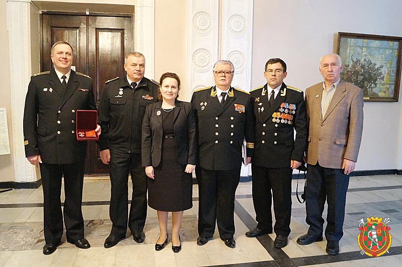Группа участников церемонии передачи ордена. Cлева — капитан 1 ранга Максим Казанцев с наградой Михаила Санюкевича