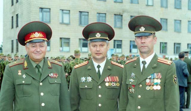 Генерал-майор Иван Чикал, полковник Евгений Громенков и подполковник Игорь Шелудков на торжественной церемонии выпуска офицеров Военной академии. 2001 год