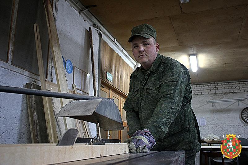 Старший прапорщик Александр Пташник вырезает очередную мишень