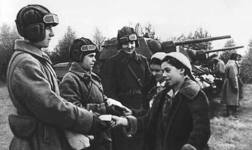 Школьники передают танк в действующую армию