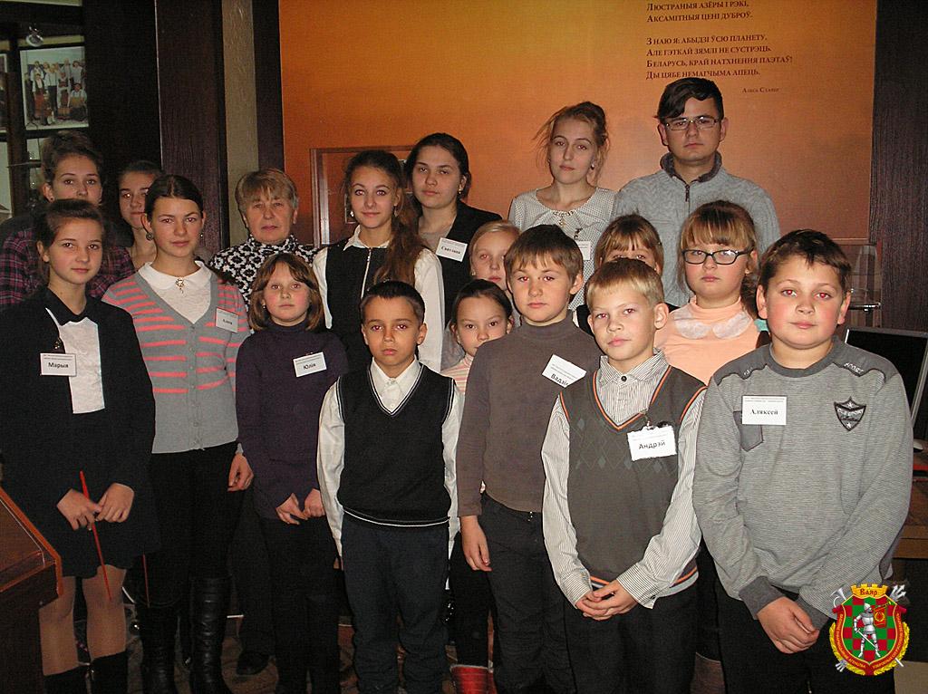 Юные экскурсоводы и их руководитель Валентина Лянцевич в краеведческом народном музее истории Прилепщины
