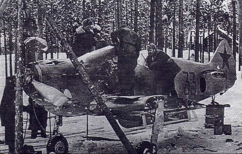 Работы по восстановлению истребителя в войсковых условиях. 1942 год