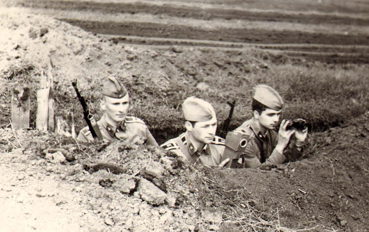 Курсант Юрий Цыкал (справа) на полевых занятиях