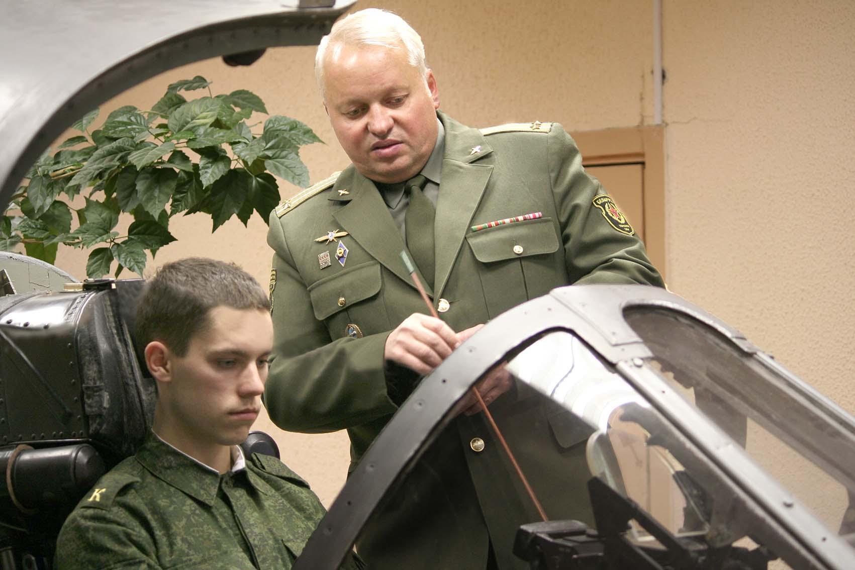 На занятии с отличником учебы курсантом Яном Макаренко
