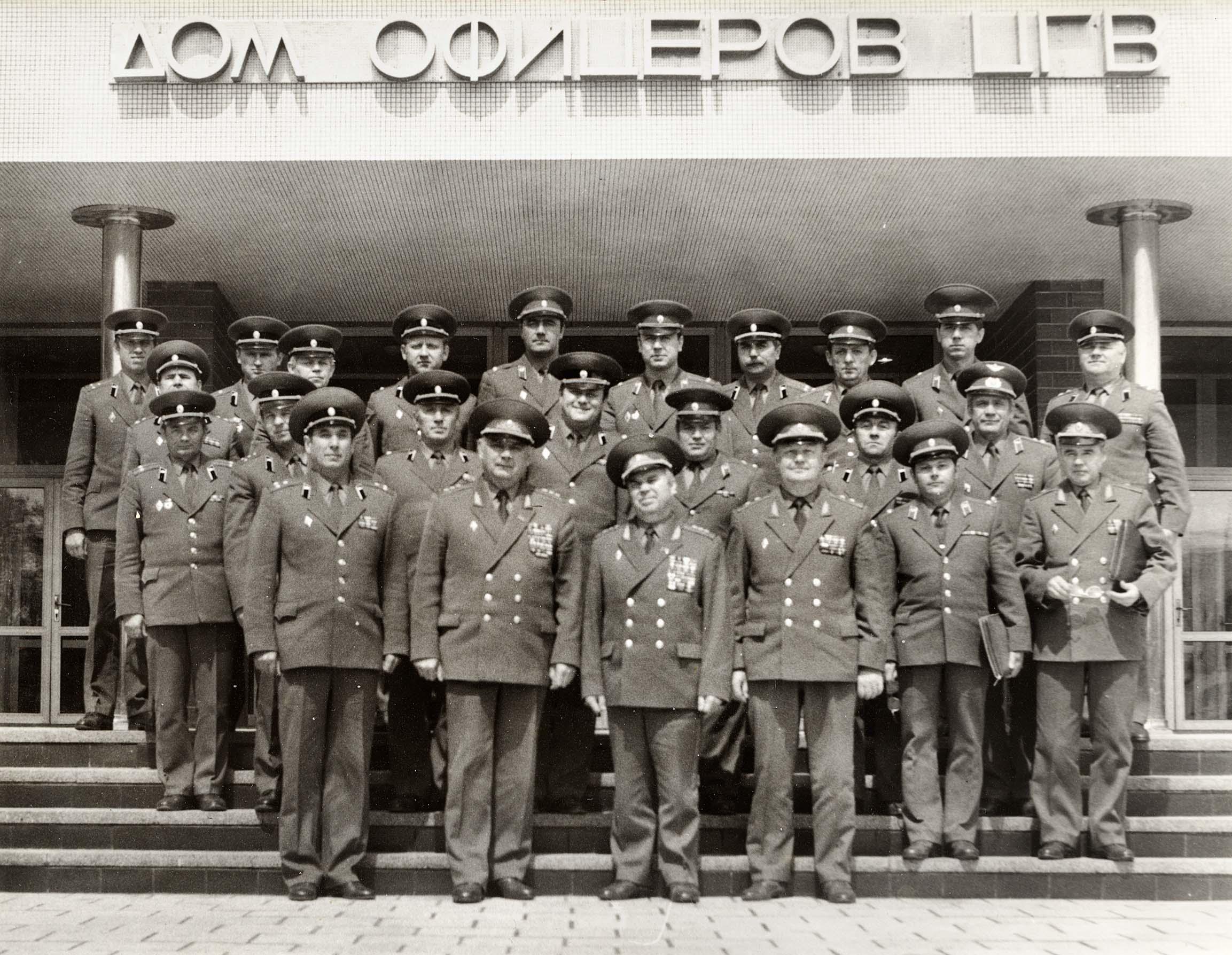 В первом ряду (слева направо): полковник Н. П. Ермолаев, генерал-полковник Б. Н. Уткин, генерал-полковник Д. А. Волкогонов, генерал-лейтенант Н. И. Шляга