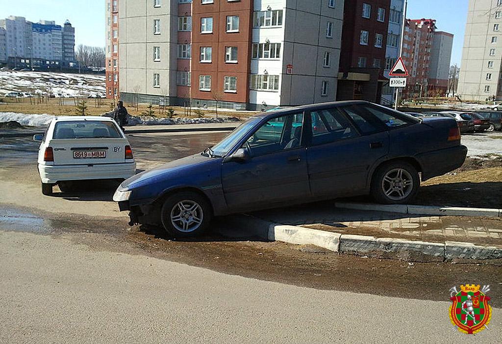 Перекрытый автомобилем тротуар для пешеходов — одно из распространенных нарушений