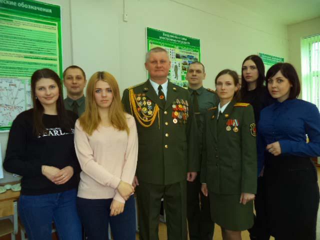 Полковник Мачихо с выпускниками академии и офицерами военной кафеды (в гражданской одежде тоже военнослужащие)