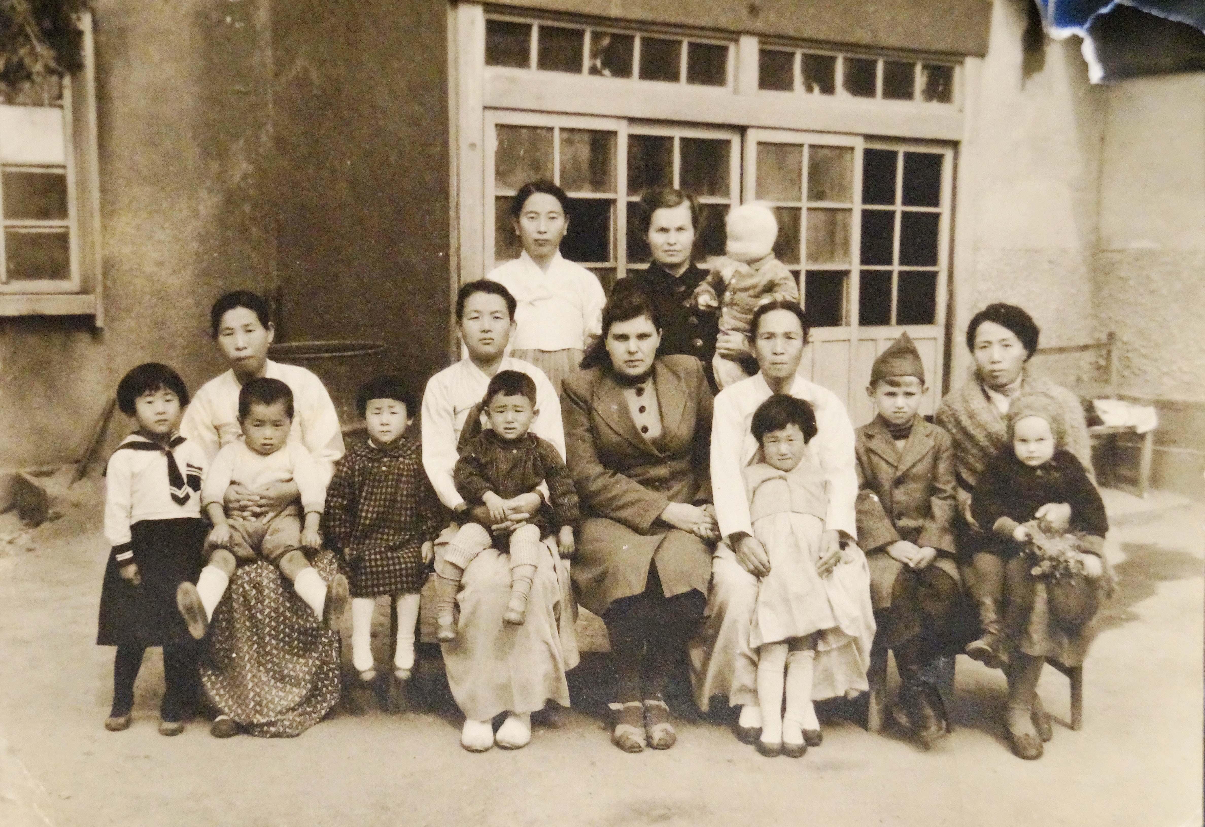 Мария Васильевна Лозинская (стоит в верх.ряду спр. с ребенком) в Корее во второй половине 1940-х
