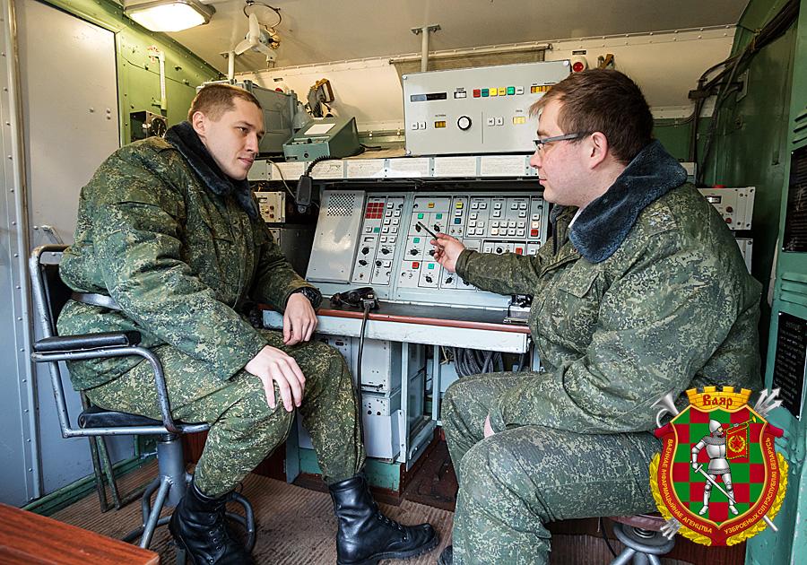 Старший лейтенант Сергей Радом (справа) и рядовой резерва Александр Палуйко