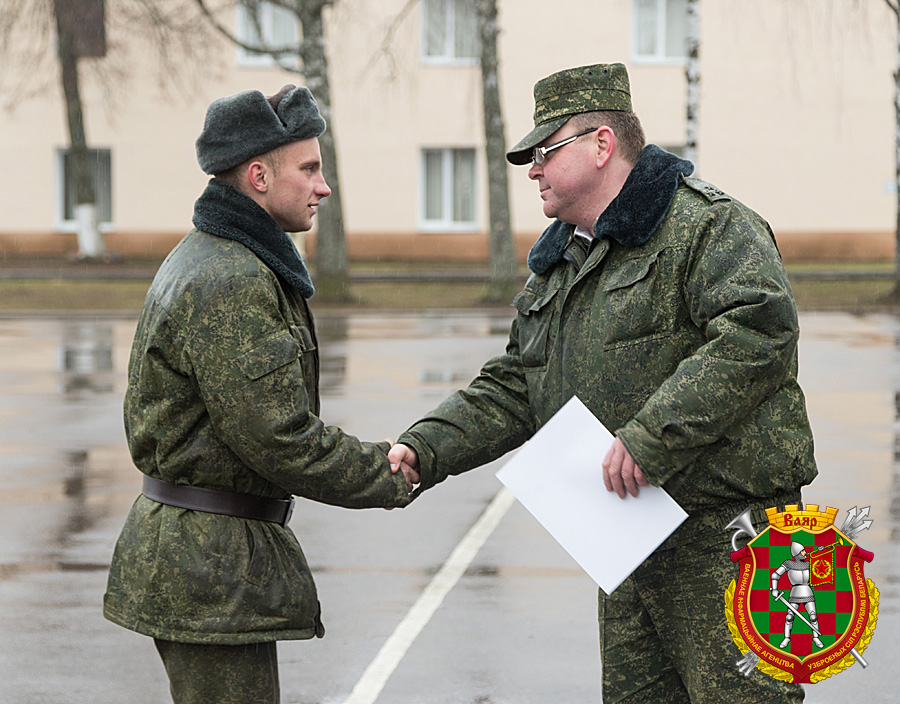 Гвардии полковник Юрий Сугаков награждает лучших военнослужащих