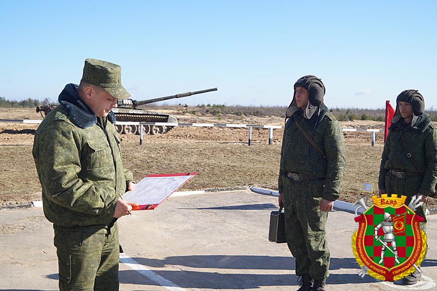 Командир бригады гвардии п-к Вадим Суров знакомится с результатами выполнения упражнения