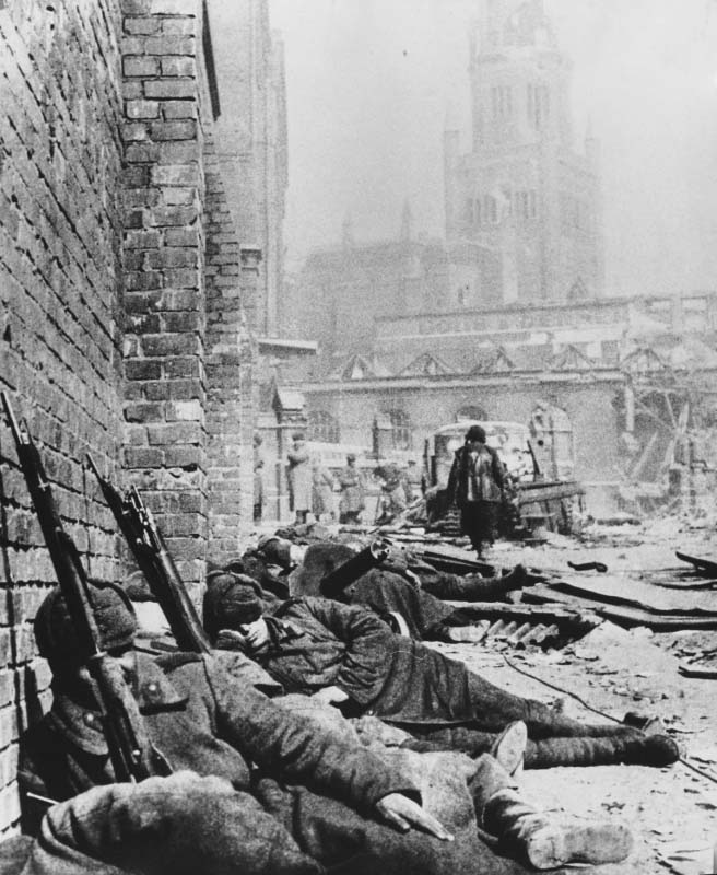 Отдых после боя. Советские солдаты спят на улице взятого штурмом Кенигсберга