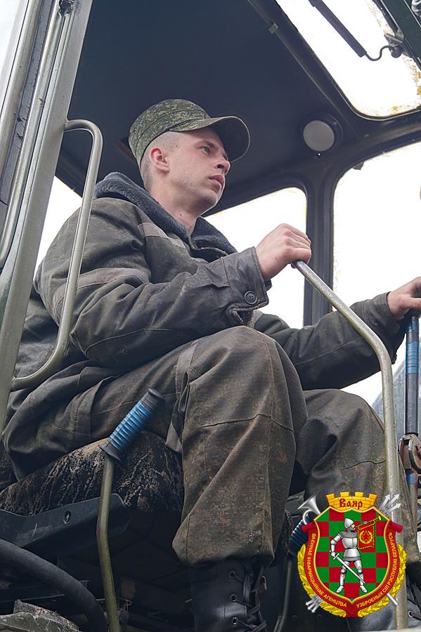 водитель-экскаваторщик рядовой Александр Довгайло