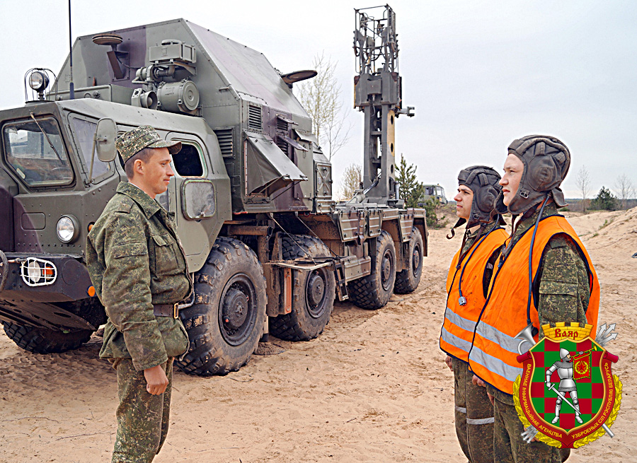 Командир стартовой батареи майор Алексей Горбачев ставит задачу подчиненным в ходе занятия