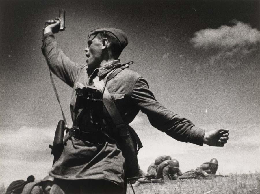 Младший политрук Алексей Ерёменко поднимает бойцов в атаку. 1942 год